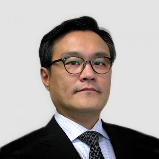 Бриан Ким је извршни директор Супериор Ессека, улоге коју је обављао од маја 2015. Током свог мандата, Ким је надгледао оснивање Глобалног заједничког предузећа Ессек Фурукава, Аутомотиве Стратегиц Бусинесс Унит и Ессек Малезије. Ким је такође водио покретање МагФорцеКс иновационих центара и изградњу постројења са магнетном жицом у Србији. Пре позиције у компанији, Ким је био председник ЛГ Хаусис Америца и директор АТ Кеарни у Сеулу, Јужна Кореја. Ким је дипломирао примењену статистику на Универзитету Ионсеи, а затим је стекао звање МБА на Универзитету у Мичигену.